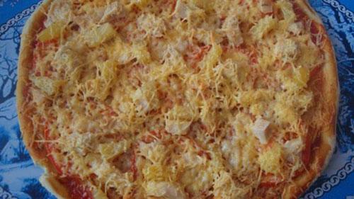 Пицца 3 — а-ля «Гавайская». Отваренное куриное филе, консервированные ананасы, помидоры.